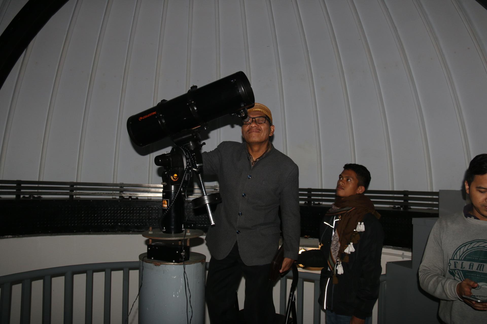 Dr.-Kasiyarno-M.HUm-Rektor-UAD-saat-mengamati-gerhana-bulan-sebagian-di-Observatorium-uAD