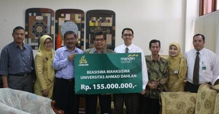 Bank Syariah Mandiri Bantu Mahasiswa UAD