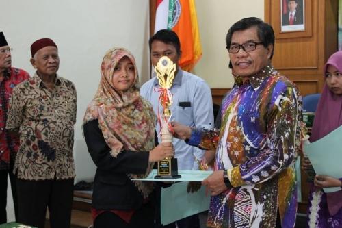 esti_utami_mahasiswa_pbsi_uad_dan_kasiarno_meraih_penghargaan_dari_bpd.jpg