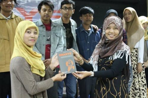 membaca_budaya_indonesia_dalam_buku_kumpulan_puisi_oranye_mahasiswa_uad_sule_subaweh.jpg