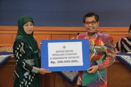 UAD Beri Bantuan 350 Juta dan Beasiswa Untuk Guru