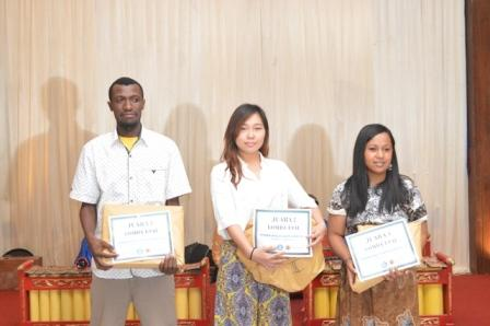 Pemenang Lomba Esai mahasiswa UAD, Yulia (tengah) Juara II.jpg